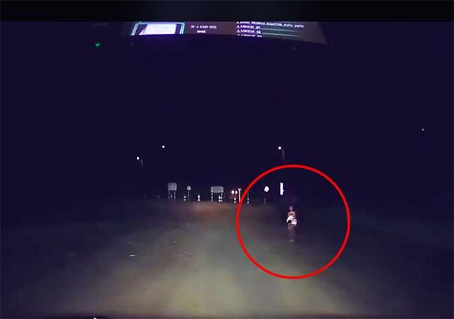 Đoạn đường xảy ra sự việc. Cô bé vẫy tay cầu cứu khi thấy xe Lê Tuấn Anh chạy qua.