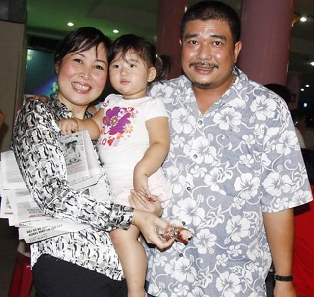 Lê Tuấn Anh cùng bà xã Hồng Vân và con gái.