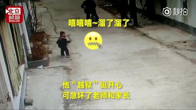Thi thoảng cậu bé còn ngoảnh lại đằng sau xem có ai theo mình không.