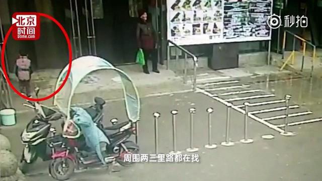 Cậu bé quyết định vào siêu thị sau khi chạy trốn khỏi trường mẫu giáo.