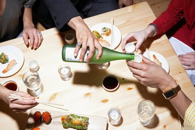 Một chút rượu cho bữa tối có thể thay đổi không khí nhưng cũng chỉ nên uống vừa phải. (Ảnh minh họa: Nguồn Internet).