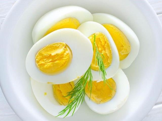 Tùy vào từng độ tuổi của trẻ mà các bà mẹ cho trẻ ăn số lượng trứng khác nhau. Ảnh: Internet