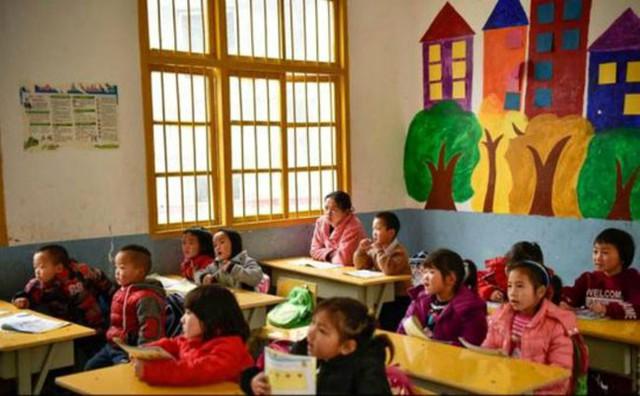 Chị Shi chăm chú học chữ cùng các em bé lớp mẫu giáo lớn.