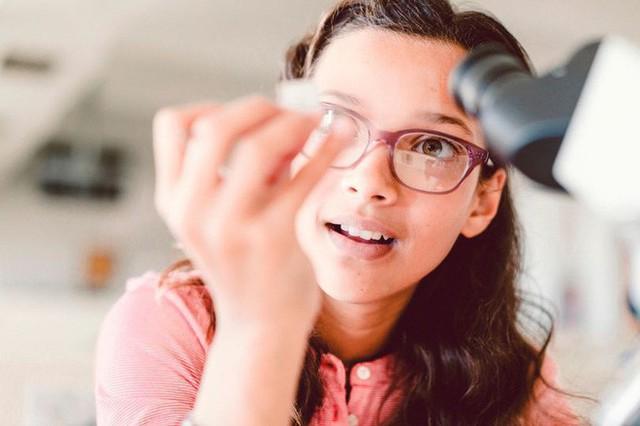 """Tự lấy bản thân làm ví dụ trong giờ học khoa học, cô sinh viên nhận ra sự thật """"động trời"""" về người cha ruột của mình"""