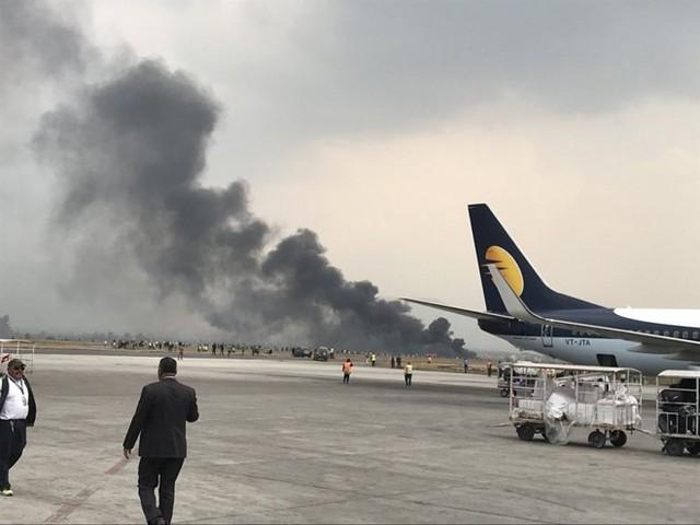 Cột khói bốc lên sau vụ tai nạn. Ảnh: Kathmandu Post.