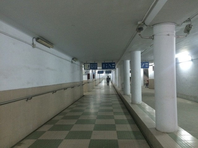 Hầm đi bộ Ngã Tư Sở được đầu tư nghìn tỉ xuống cấp vắng tanh (Ảnh chụp 9/3/2018)