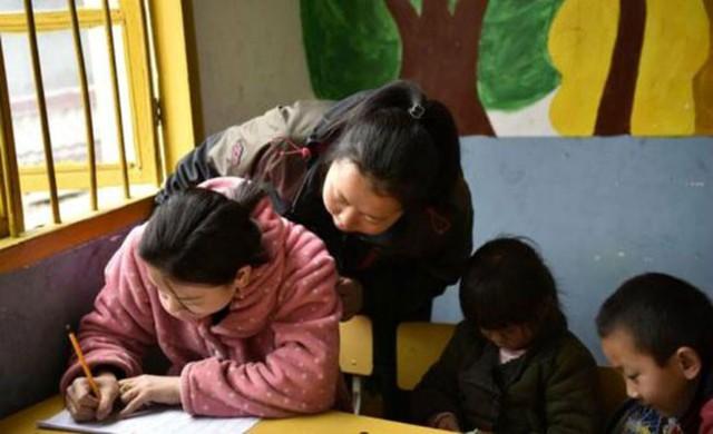Shi được cô giáo khen tiếp thu nhanh.