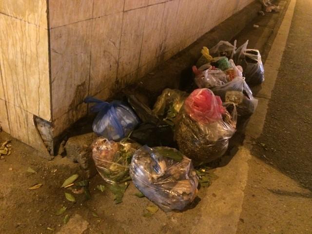 Ngay cửa hầm là nơi tập kết rác thải (Ảnh chụp 9/3/2018)
