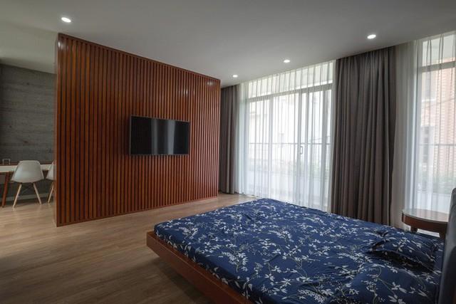 Các phòng ngủ thiết kế hiện đại và ngập tràn ánh sáng nhờ tường kính.
