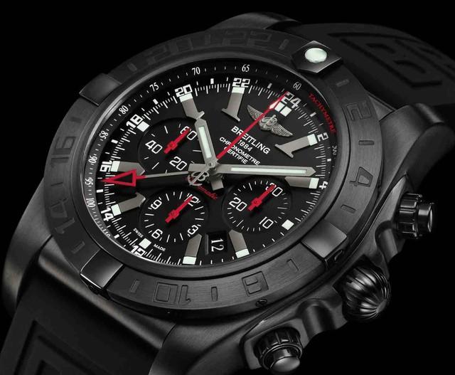 Chiếc đồng hồ Breitling Avenger Seawolf theo xu hướng thể thao màu xám có giá khoảng 100 triệu đồng.