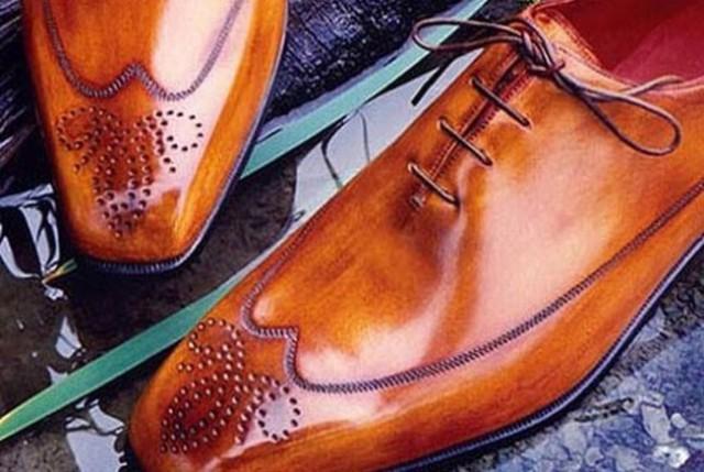 Bất cứ món đồ nào được làm thủ công đều được nhiều người yêu thích, săn tìm và cùng với đó giá thành của nó bao giờ cũng cao hơn thị trường bởi sự tỉ mỉ, tinh tế và độc đáo nhất. Nắm bắt được xu hướng đó, thương hiệu giày Berluti đã cho ra mắt những sản phẩm hàng hiệu cao cấp được chế tác bằng tay 100%. Sự tỉ mỉ, sắc xảo đến từng chi tiết đã giúp chúng luôn có cái giá cao ngất ngưởng, và đôi giày này cũng là một trong những sản phẩm cao cấp của Berluti có giá 1380 USD.