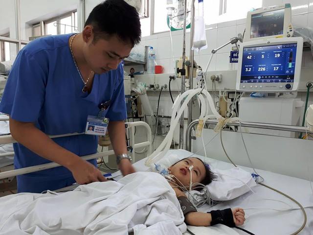 Các bác sỹ đặc biệt quan tâm đến trường hợp của bé Thảo. Ảnh P. Thuận