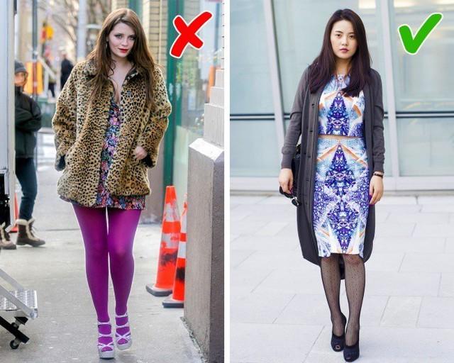 Chỉ có cô nàng nữ sinh tinh nghịch mới hợp mặc quần tất màu sắc như vậy. Với phụ nữ trung niên, diện quần này chỉ khiến bạn thêm khôi hài, kệch cỡm thôi.