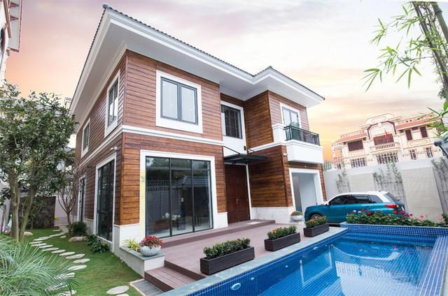 Chủ biệt thự ở thành phố Hải Dương là một doanh nhân lớn tuổi nhưng tư duy về thẩm mỹ và công năng kiến trúc khá hiện đại. Khi xây dựng nơi ở mới cho mình, ông mong muốn nhà có thiết kế bề thế nhưng không phô trương, đầy đủ tiện nghi.