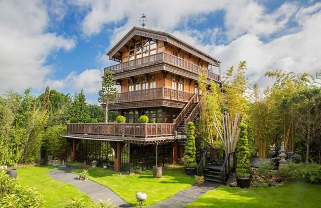 Năm 2012, KTS Myck Djurberg mua lại biệt thự 5 tầng ở London (Anh) và chi tới 6,5 triệu USD để cải tạo lại ngôi nhà này. Công trình mô phỏng kiểu nhà gỗ truyền thống của Thụy Sĩ với nhiều tiện nghi độc đáo.