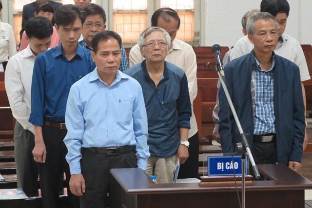 9 bị cáo liên quan vụ án. Ảnh: H.L/Zing.vn