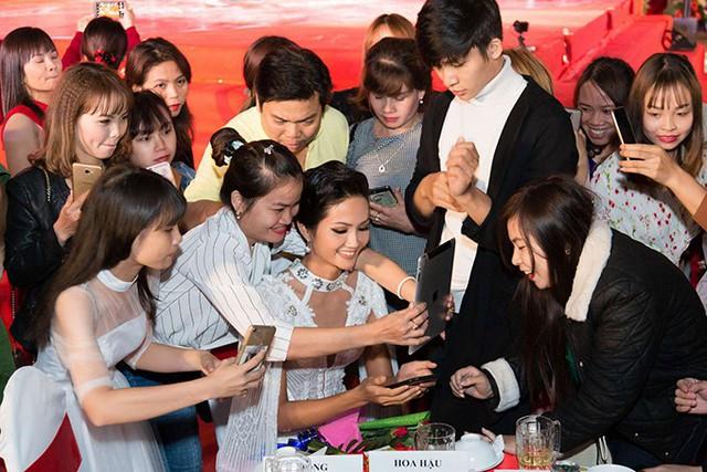 Hoa hậu được khán giả vây quanh xin chụp ảnh sau chương trình.