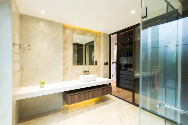 Khu WC nằm liền kề phòng ngủ với không gian rộng và tiện ích như ở các khách sạn lớn.