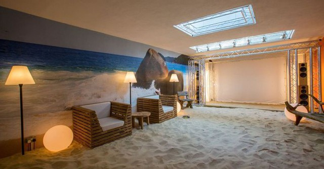 Chủ nhà vừa làm trong ngành thiết kế vừa là một tỷ phú nên không có giới hạn nào cản trở ông trong việc sáng tạo nơi ở. Điểm nhấn đặc biệt của công trình là một bãi biển có chiều dài 21m ở giữa nhà.