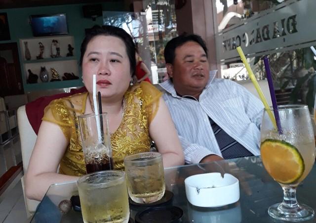Vợ chồng ông Lưu Ngọc Vũ trình bày sự việc với phóng viên