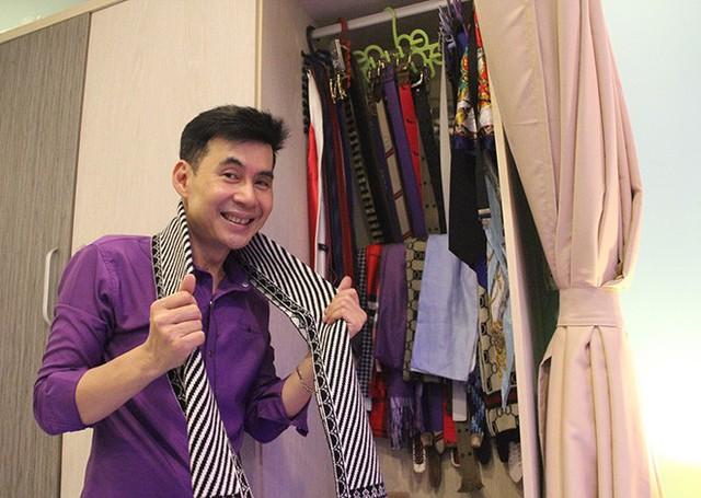 Bộ sưu tập khăn và thắt lưng của Đoan Trường. Nam ca sĩ thừa nhận, anh là người sống giản dị, không đua đòi chơi trội hay khoe hàng hiệu.