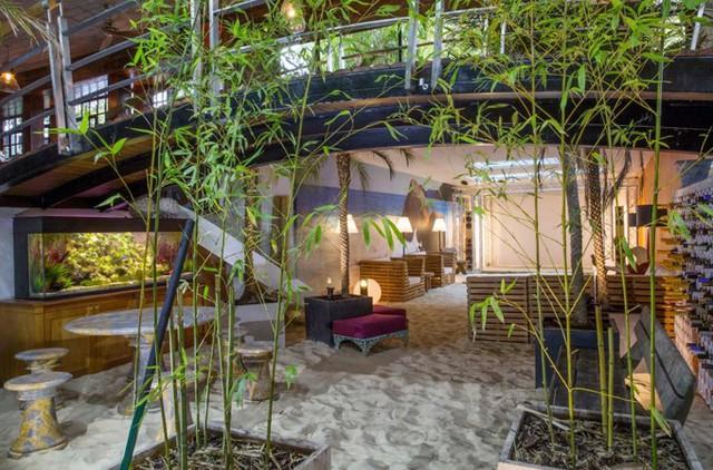 Để hoàn tất bãi biển này, đội thi công đã phải vận chuyển 40 tấn cát mịn đổ vào giữa nhà.
