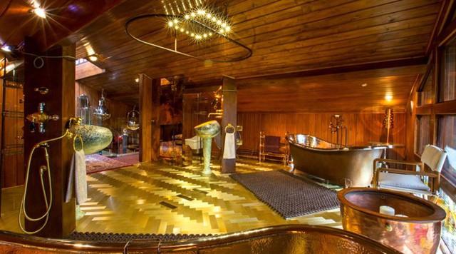 Sàn phòng tắm được lát các lá vàng 14 carat. Các bồn tắm bằng đồng, bồn rửa hàng chục nghìn USD nhập khẩu từ Italy, bồn cầu kiểu Nhật.
