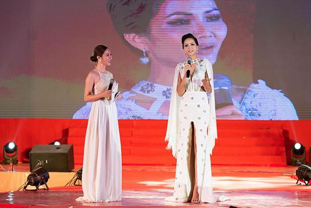 Hoa hậu Hoàn vũ Việt Nam 2017 đã chia sẻ những câu chuyện về bản thân, giúp các bạn trẻ, đặc biệt là phụ nữ có cái nhìn tích cực hơn về cuộc sống, phấn đấu vượt lên chính mình và theo đuổi ước mơ.