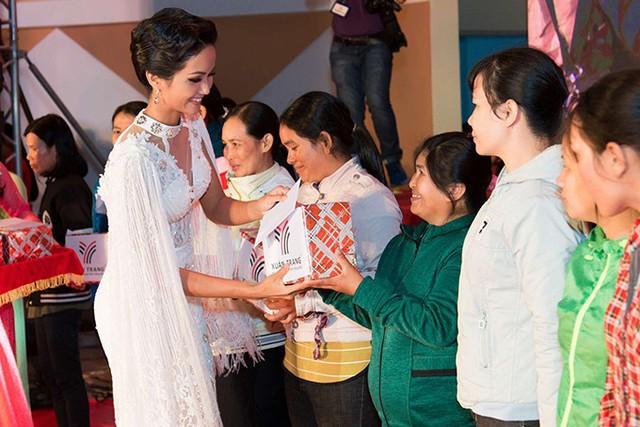 HHen Niê cùng ban tổ chức tặng quà, động viên những người phụ nữ nghèo đã nỗ lực vượt lên số phận.