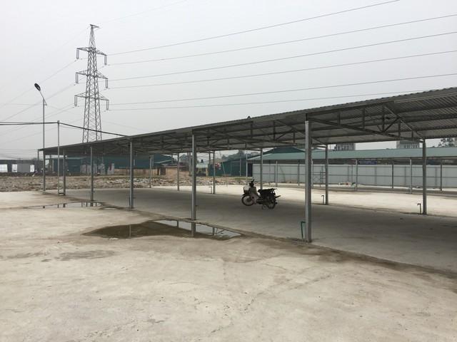 Dãy khung sắt lợp tôn dùng để tập kết vật liệu, máy móc thiết bị như văn bản chấp thuận cho phép xây dựng của UBND huyện Thanh Oai. (ảnh: HC