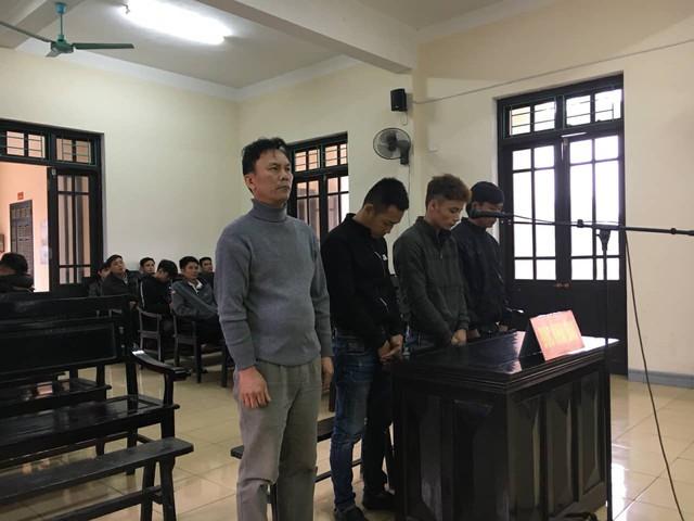 Các đối tượng Khuê, Ca, Trung và Tâm tại phiên tòa.