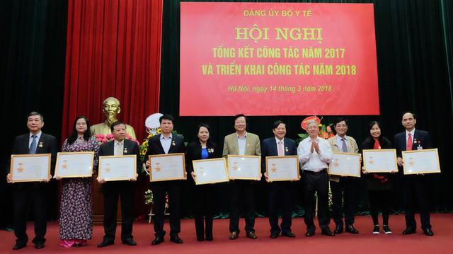 Đồng chí Vũ Đức Nam, Uỷ viên Ban thường vụ, Trưởng ban Tuyên giáo của Đảng uỷ khối các cơ quan Trung ương trao tặng Kỷ niệm chương vì sự nghiệp xây dựng đảng khối các cơ quan Trung ương cho 17 đồng chí thuộc Đảng uỷ Bộ Y tế.