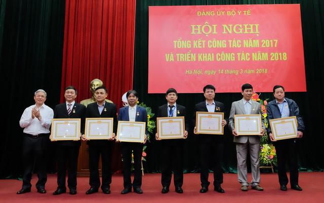 8 đồng chí thuộc Đảng bộ Bộ Y tế được trao tặng Huy hiệu 30 năm tuổi đảng