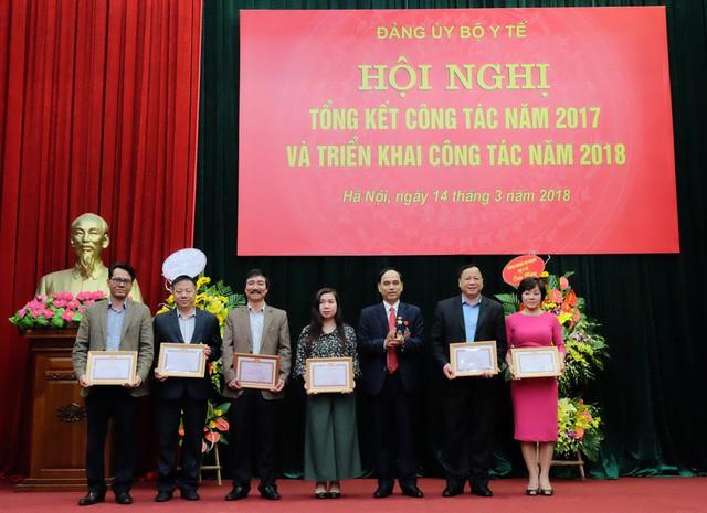 10 đảng viên hoàn thành xuất sắc nhiệm vụ 5 năm liên tục (2013-2017) được khen thưởng.