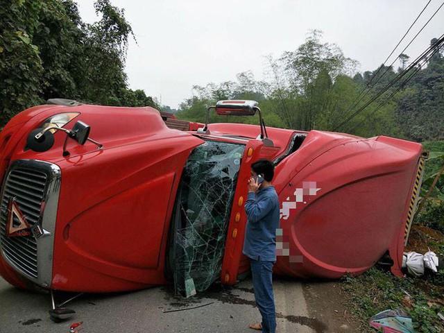 Xe đầu kéo lật ngang đè lên xe máy, thai phụ may mắn thoát chết trong gang tấc