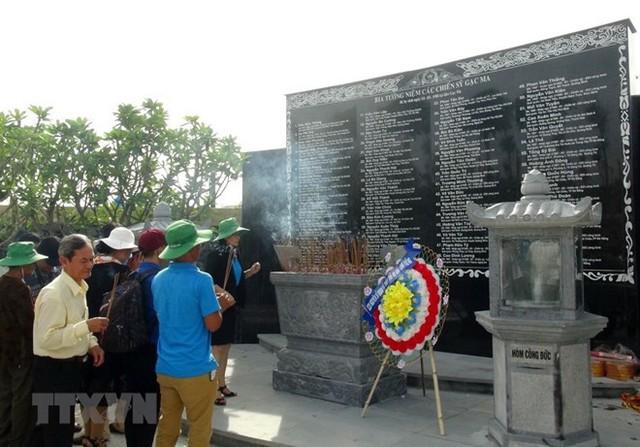 Dâng hương tại Khu tưởng niệm chiến sỹ Gạc Ma ở tỉnh Khánh Hòa