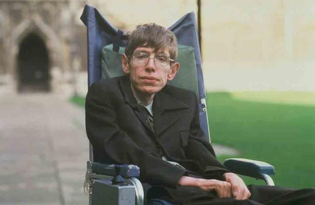 Nhà vật lý lừng danh Stephen Hawking mắc ALS từ khi còn trẻ và đã sống chung với căn bệnh hơn 50 năm. Ảnh: Thesun.
