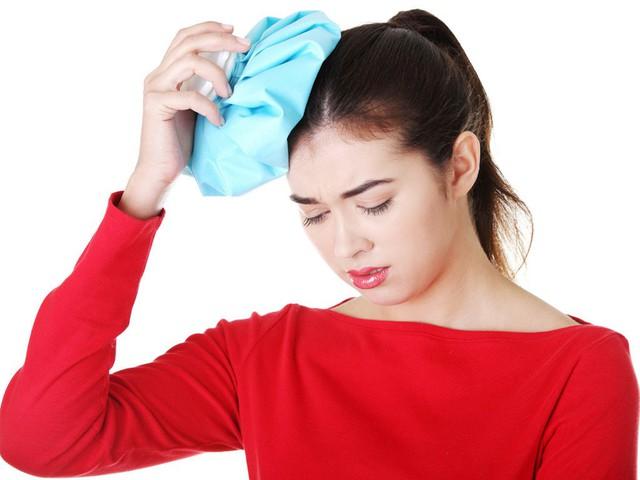Chườm lạnh có tác dụng giảm đau tạm thời.