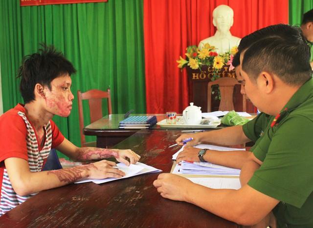 Dương Văn Tuấn tại cơ quan điều tra. Ảnh: Đ.N.