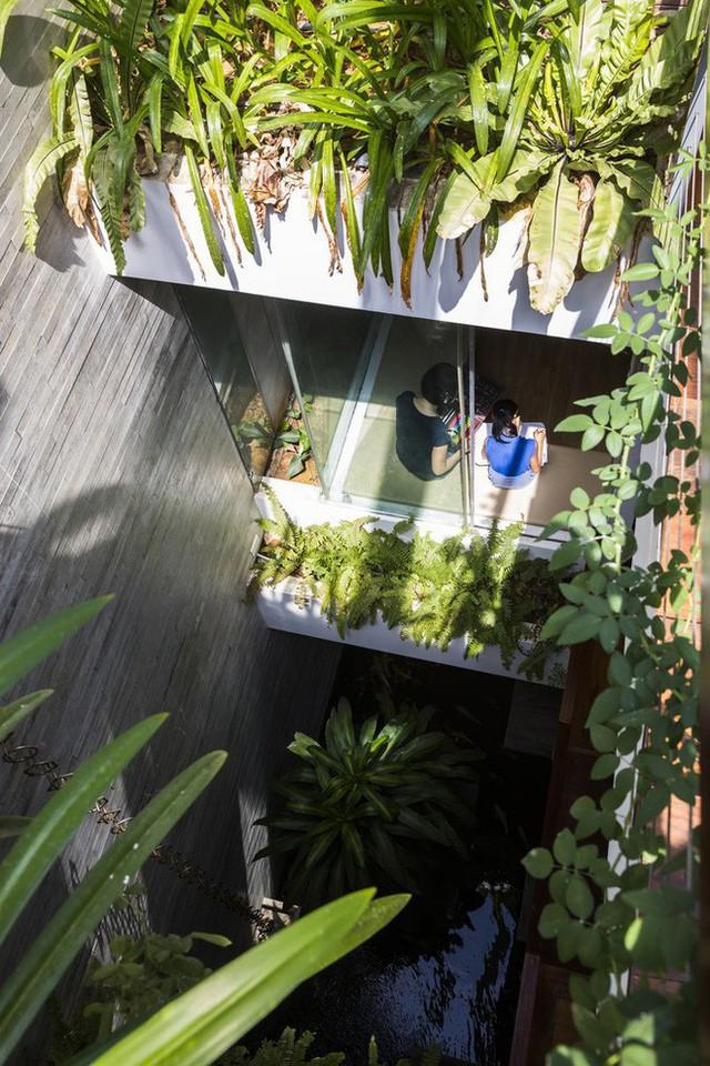 Nhưng tất nhiên để từng không gian trong nhà đều thoáng đãng cũng phải kể đến cách thiết kế từng phòng với tường kính, những khoảng thông gió của gia chủ. Thật khó tin, trong một ngôi nhà ống mà các không gian lại thoáng đẹp đến thế này!