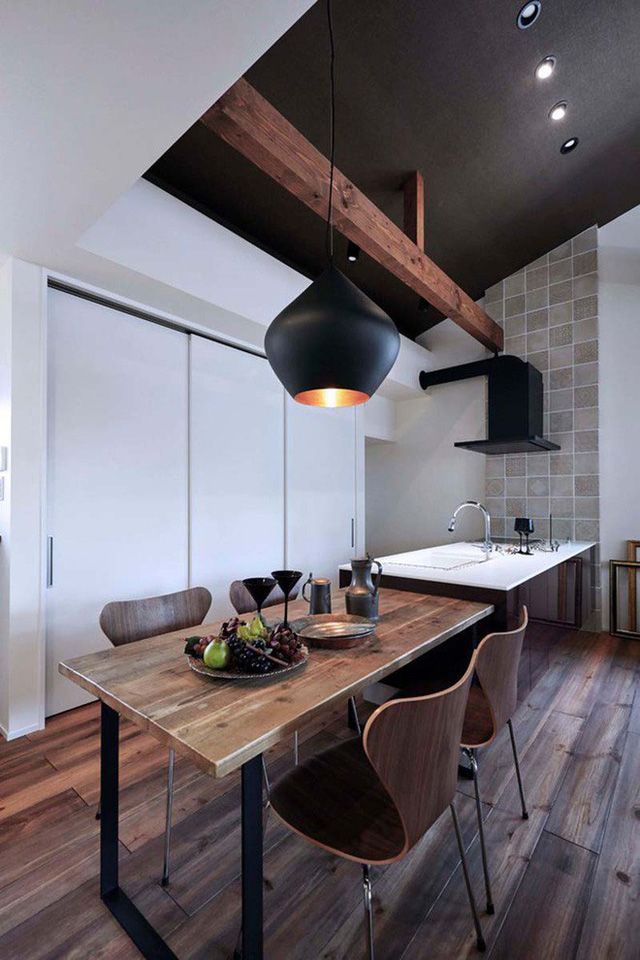 Sự kết hợp giữ chất liệu gỗ sẫm màu với sơn màu trắng khiến phòng ăn của gia đình là vẻ đẹp tổng hòa giữa truyền thống và hiện đại.