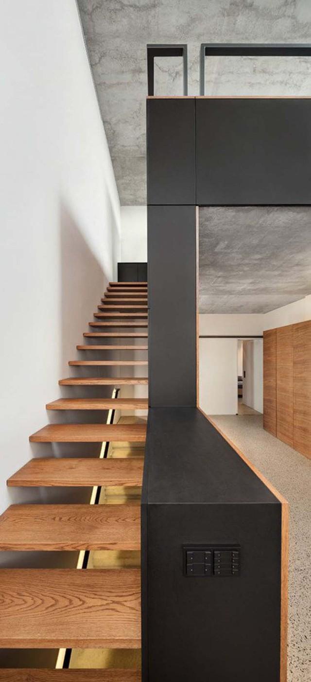 Kiểu cầu thang không thể phù hợp hơn cho những gia đình có diện tích nhỏ hẹp và yêu thích phong cách tối giản.