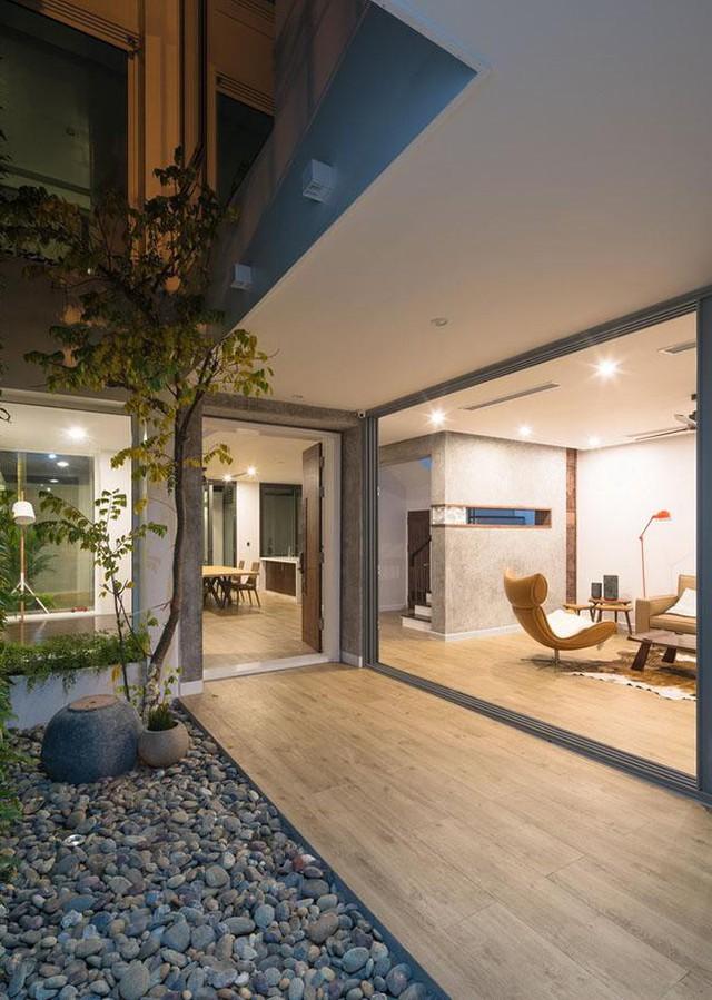 Toàn bộ phòng khách, phòng ăn, phòng ngủ, bếp và sân vườn đều nằm trong một bố cục chặt chẽ, đồng thời vẫn đảm bảo được ánh sáng và không khí lưu thông tốt trong tất cả các khu vực.