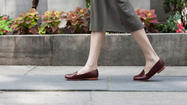 Không đi tất cũng có thể làm tổn thương đôi chân của bạn bởi nhiều đôi giày không được thiết kế để tiếp xúc trực tiếp với chân.