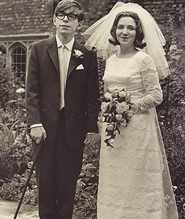 Stephen Hawking không chỉ nổi tiếng với những cống hiến khoa học cho nhân loại mà còn khiến nhiều người cảm động vì câu chuyện tình yêu của ông và người vợ đầu.