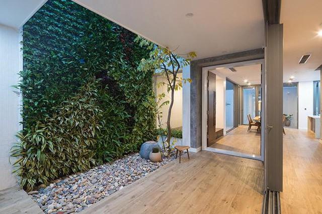 Cấu trúc ban đầu của căn nhà được thay đổi, một phần của mái nhà bị cắt bớt để tạo ra khu vườn nhỏ chạy dọc theo bức tường. Giải pháp này còn giúp ánh sáng tự nhiên và không khí tràn vào khắp ngôi nhà.