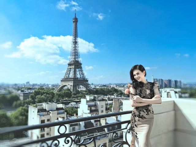 Thủy Tiên khoe vẻ quyến rũ khi tham quan thủ đô Paris của Pháp.