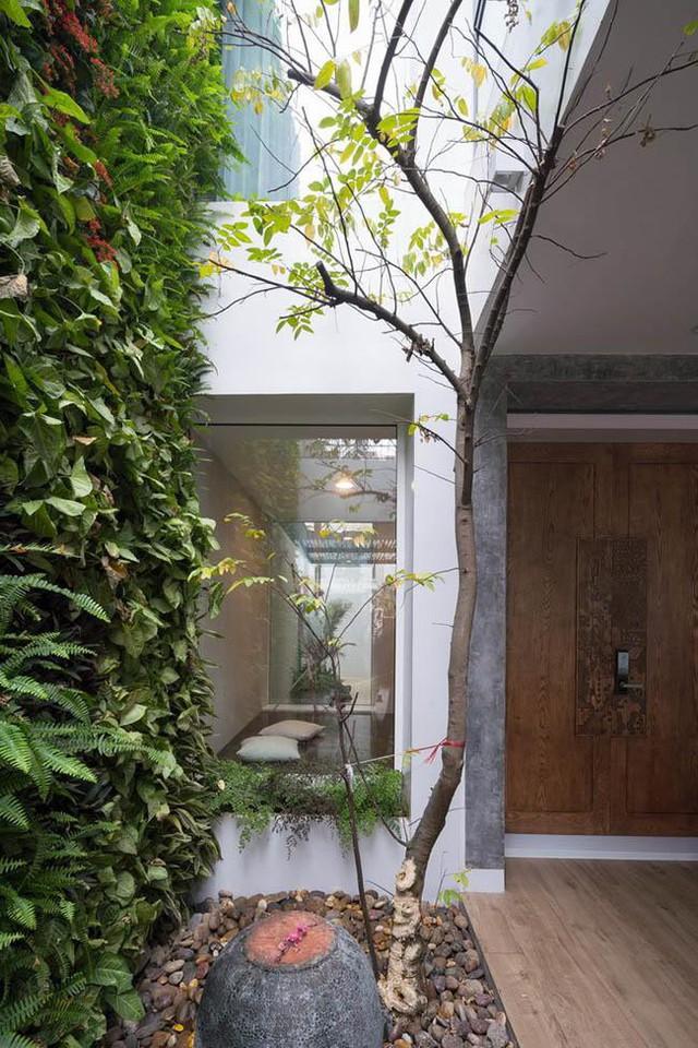 Cửa sổ kính của phòng ngủ nhìn thẳng ra vườn, lấy ánh sáng tự nhiên.