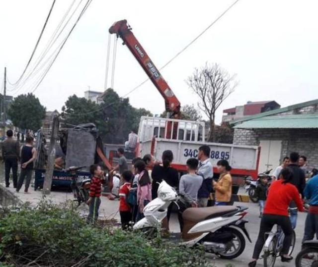 Lực lượng cứu hộ đến hiện trường trục vớt xe tải gặp nạn lên bờ. Ảnh: K.Trung
