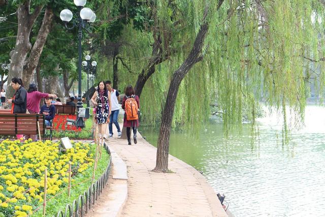 Ông Trần Ngọc Hùng – Chủ tịch Tổng hội Xây dựng Việt Nam cho rằng, nếu vỉa hè Hồ Gươm được lát bằng đá granite là rất lãng phí. Ảnh Ngọc Thi